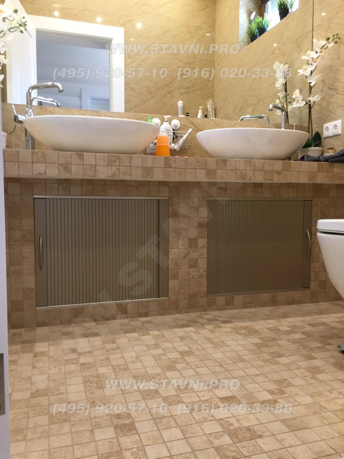 Ванная комната с пластиковыми роль дверцами Рехау