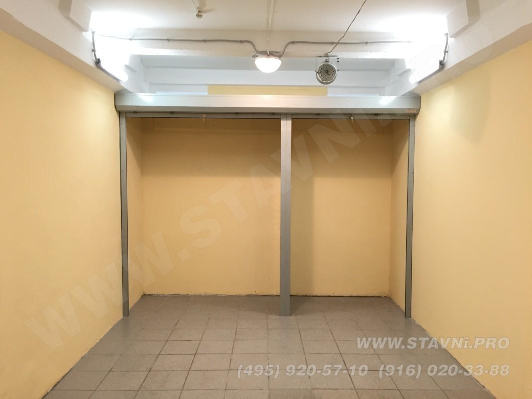 Две рольставни разной ширины установлены в качестве дверей шкафа