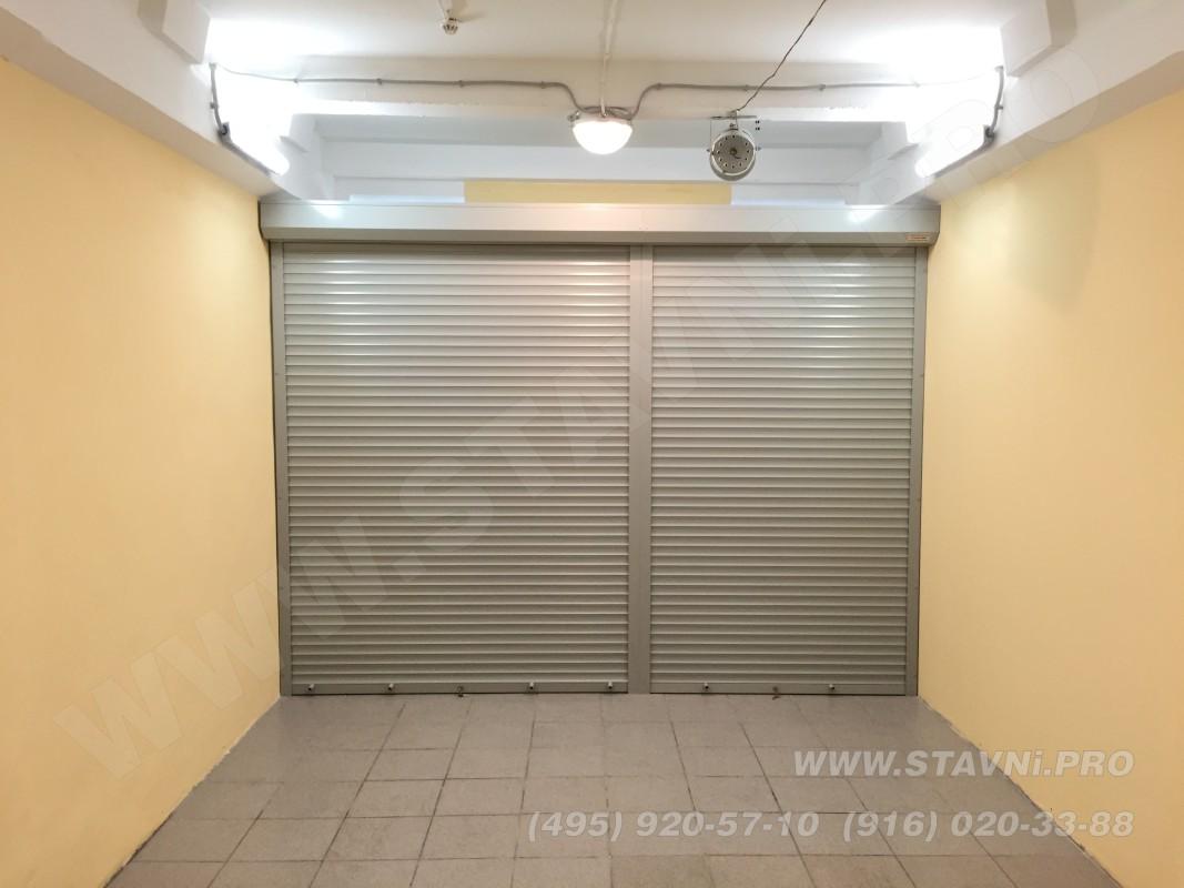Роллетный шкаф без стенок, с роллетой с фасада и крышкой шкафа. Шкаф установлен в П-образный проем гаража.