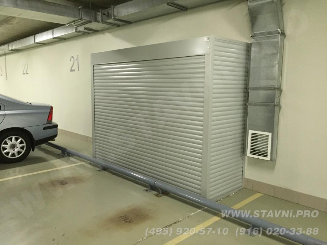 Роллетный шкаф с одной или двумя стенками, роллетой с фасада и крышкой шкафа. Шкаф прислонен либо к стене либо углу гаража.