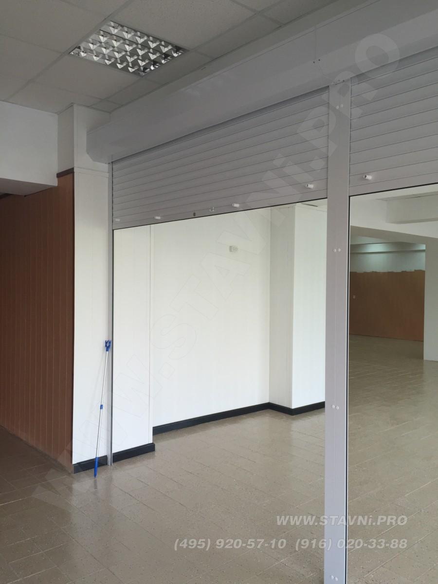 Вид сбоку на спаренные роллетные двери