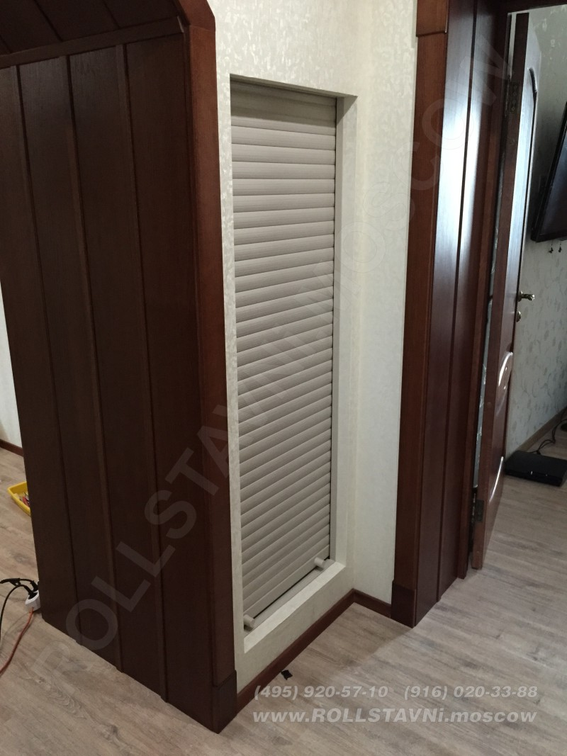 Роллетная дверь кладовки в закрытом состоянии