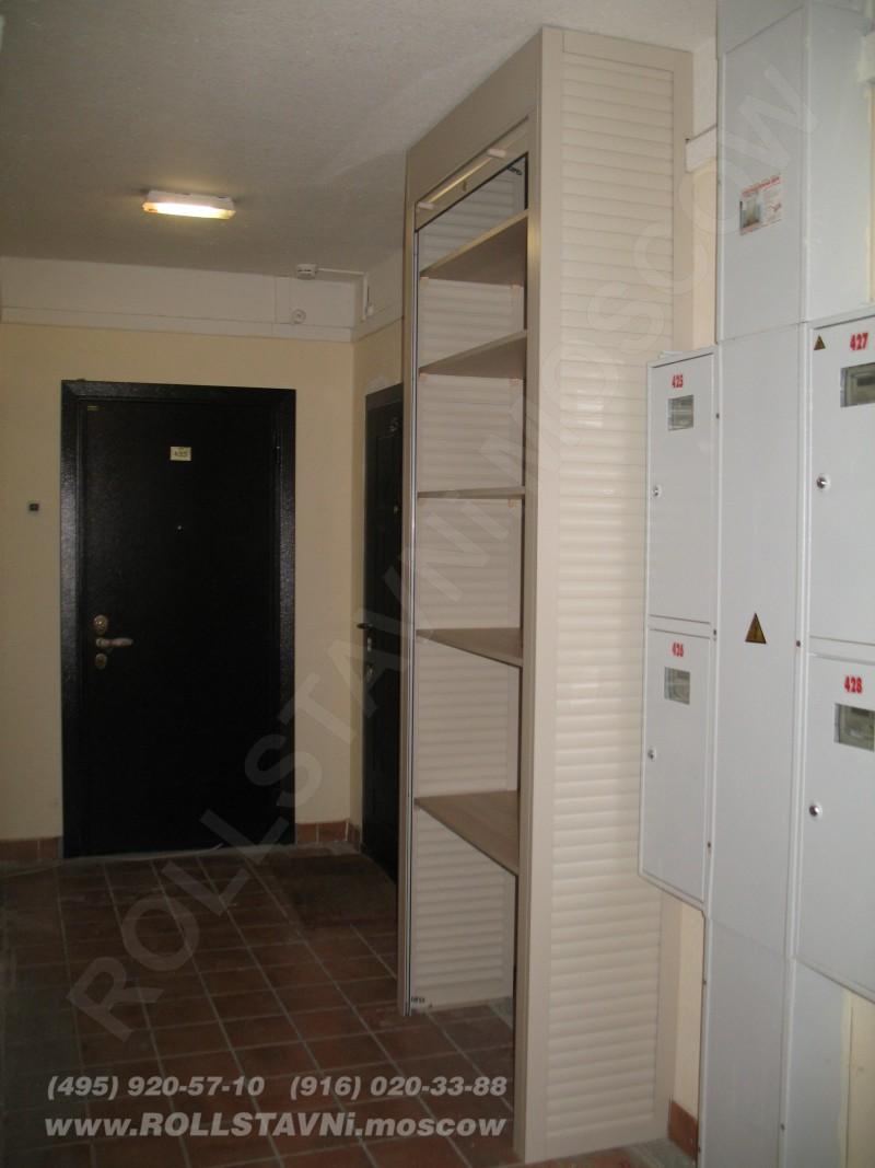 установленный шкаф роллетный в открытом виде с полками