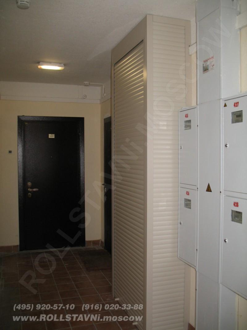 шкаф с рольставнями в закрытом виде с полками