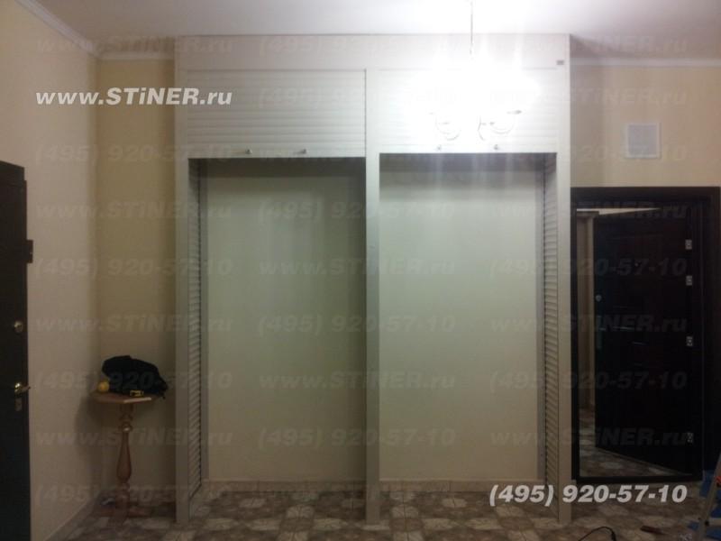 установлен мебельный шкаф с тремя стенками