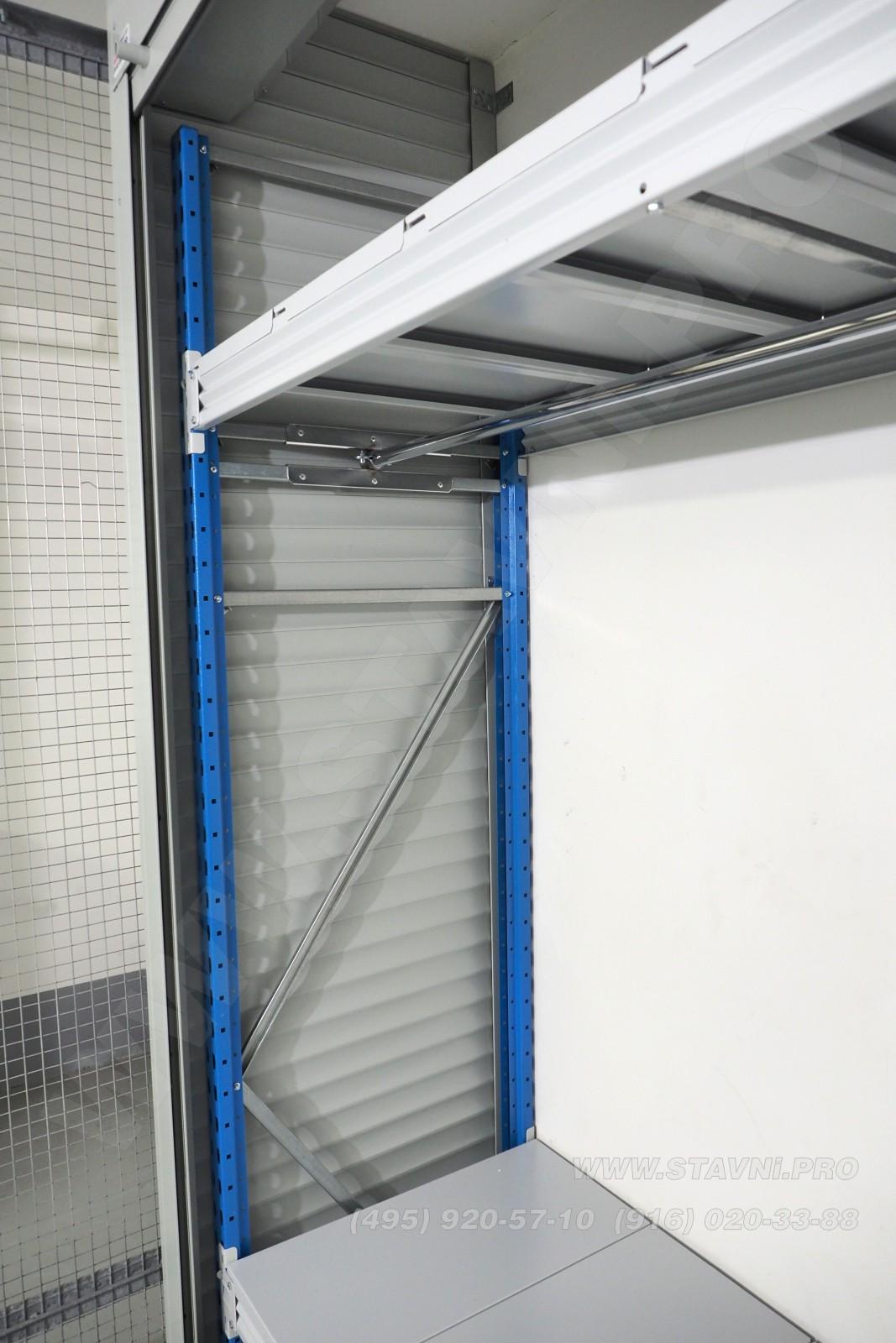 Крепление перекладины для вешалок к металлическому стеллажу
