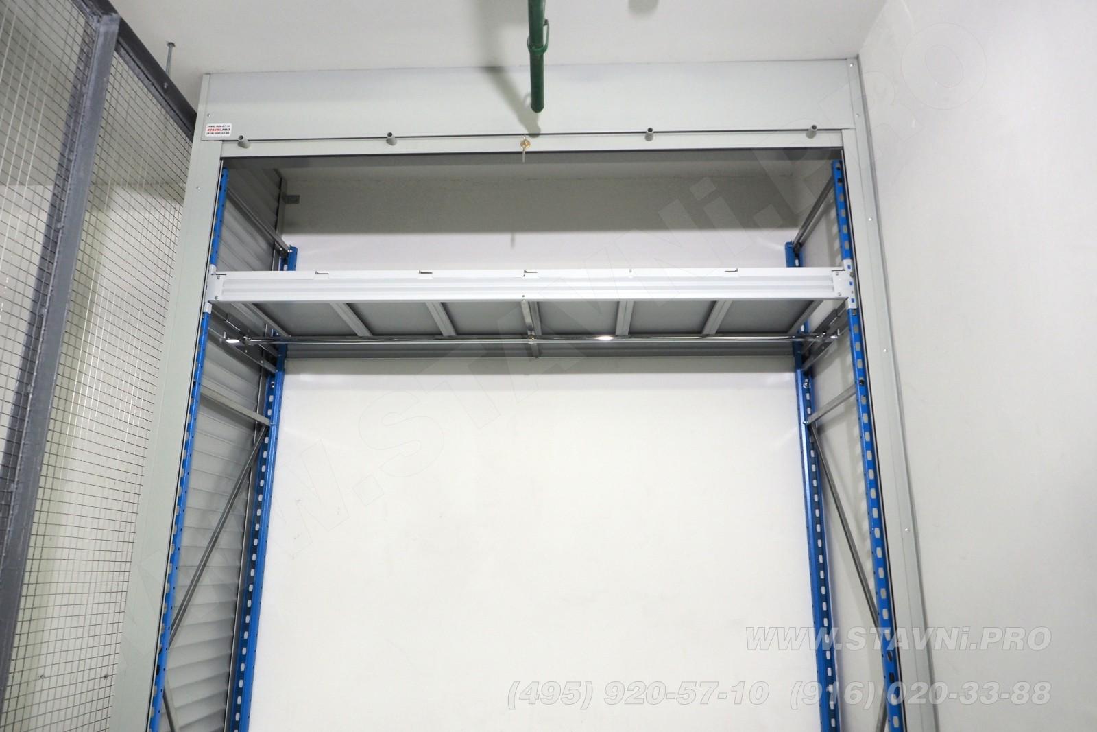 Никелированная перекладина для вешалок в шкафу с рольставнями в авто гараже
