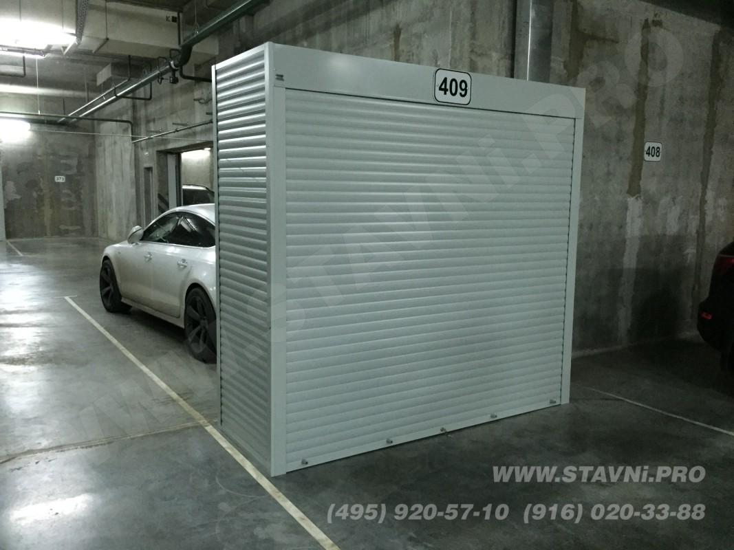 Отдельно стоящий роллетный шкаф с тремя стенками, роллетой с фасада и крышкой шкафа.