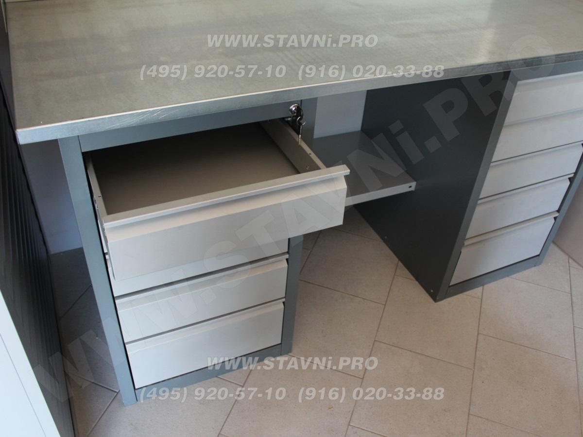 Выдвижной металлический ящик слесарного верстака