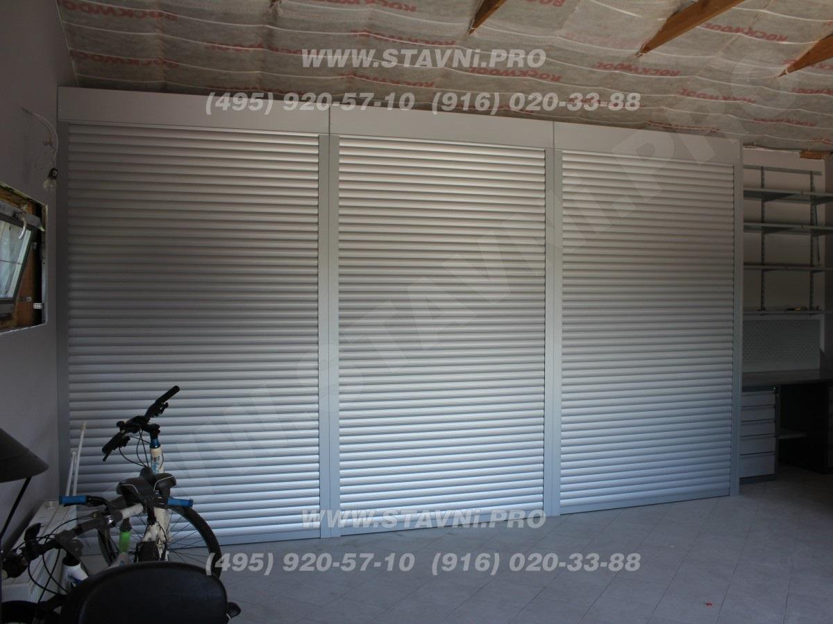 Закрытые рольставни шкафа с стеллажом