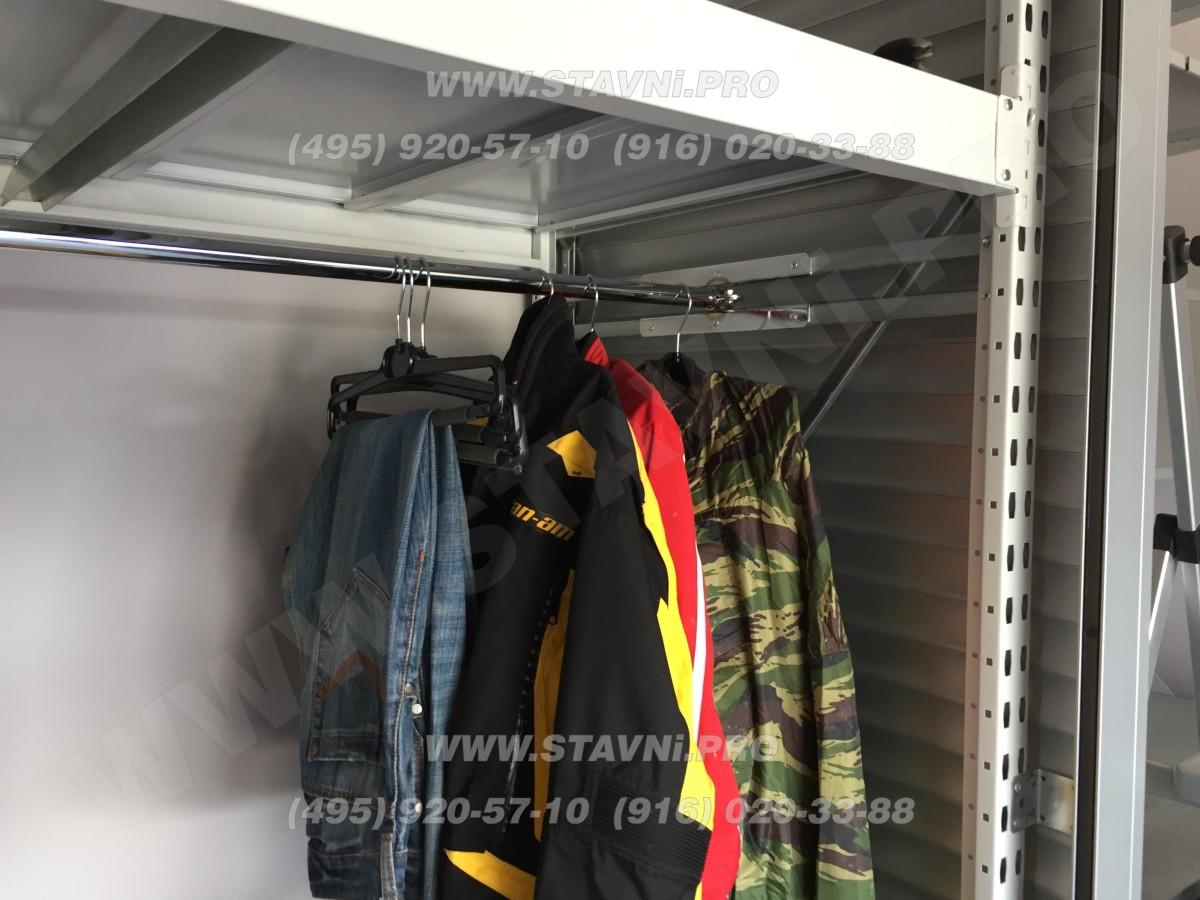 Вешалки внутри шкафа с рольставнями и стеллажом