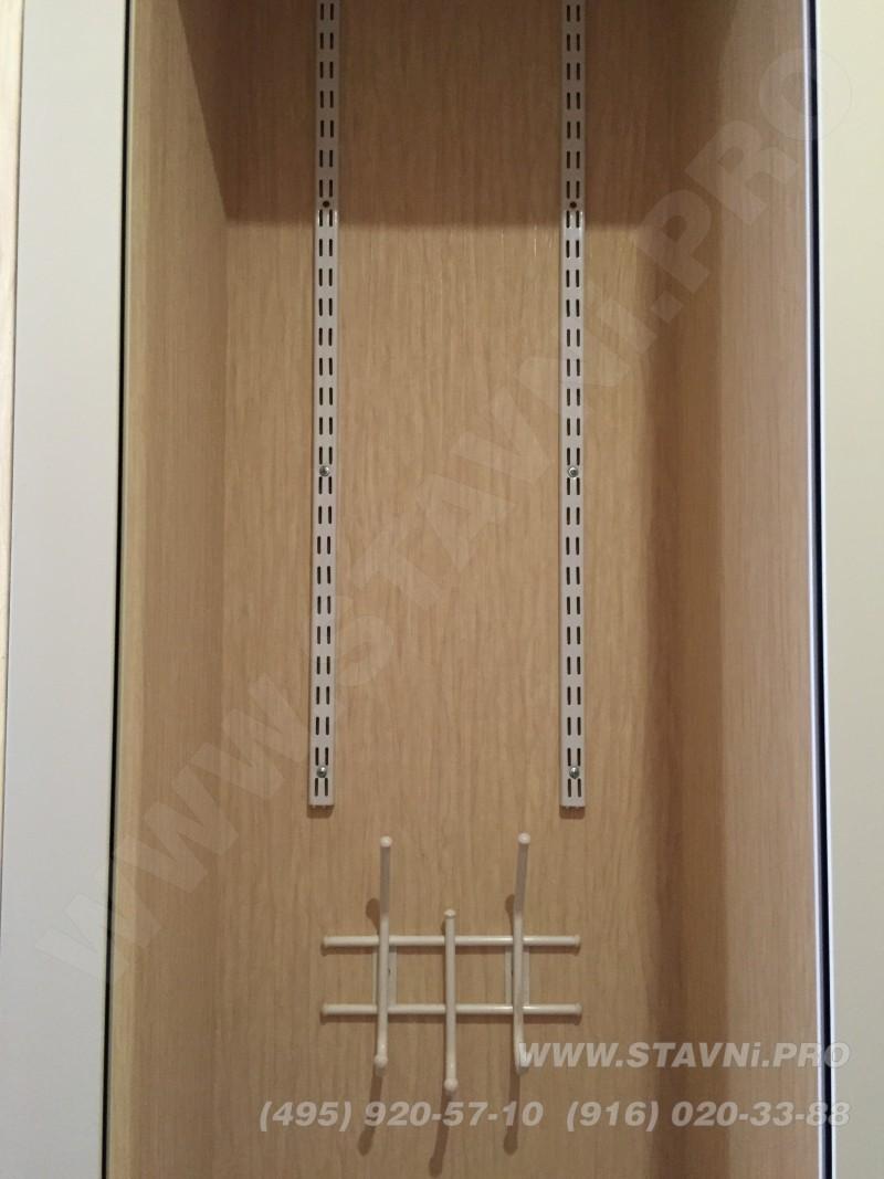 Закрепили перфорированные стойки для крепления кронштейнов для полок