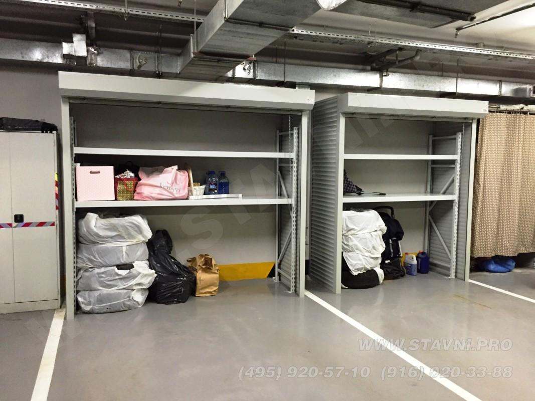 Два шкафа с рольставнями в открытом состоянии установлены в подземном гараже
