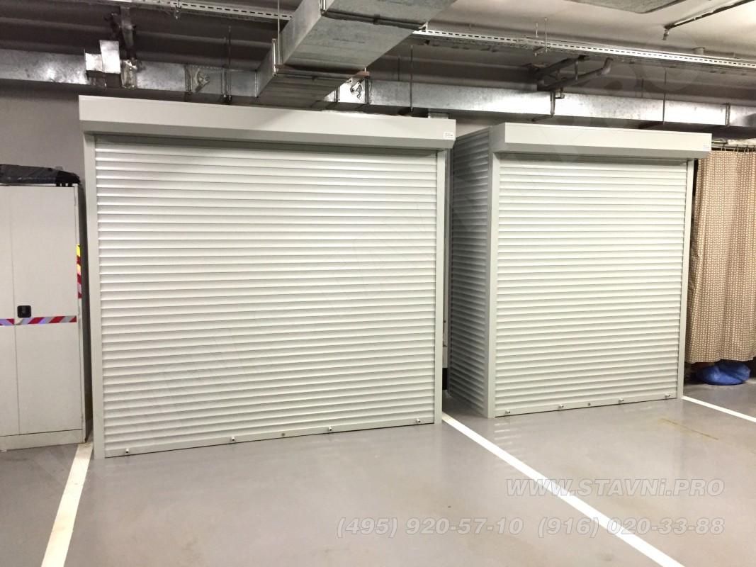 Два шкафа с рольставнями в закрытом состоянии установлены в подземном гараже