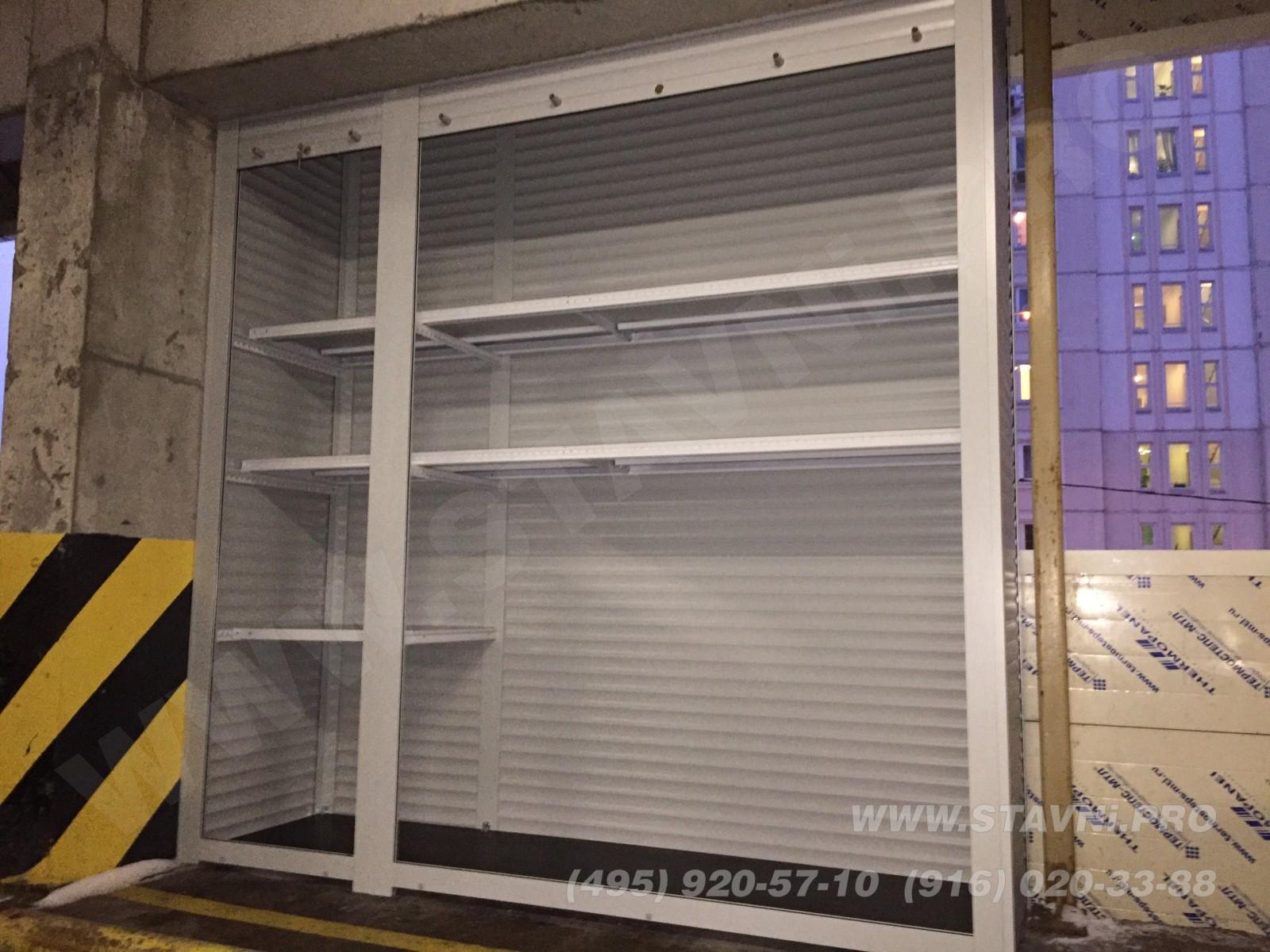 установленный шкаф с металлическими полками в народном гараже