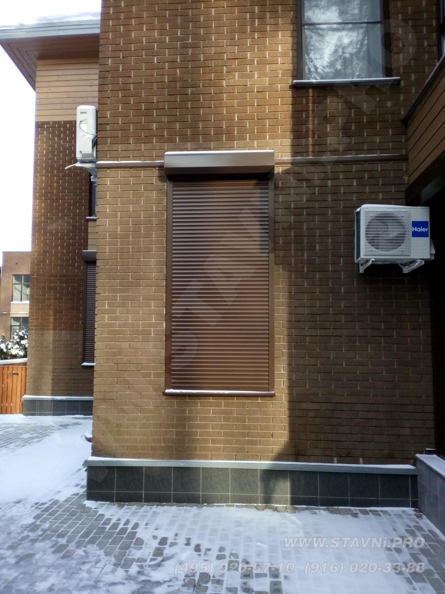 Окно с закрытой рольставней защитного типа