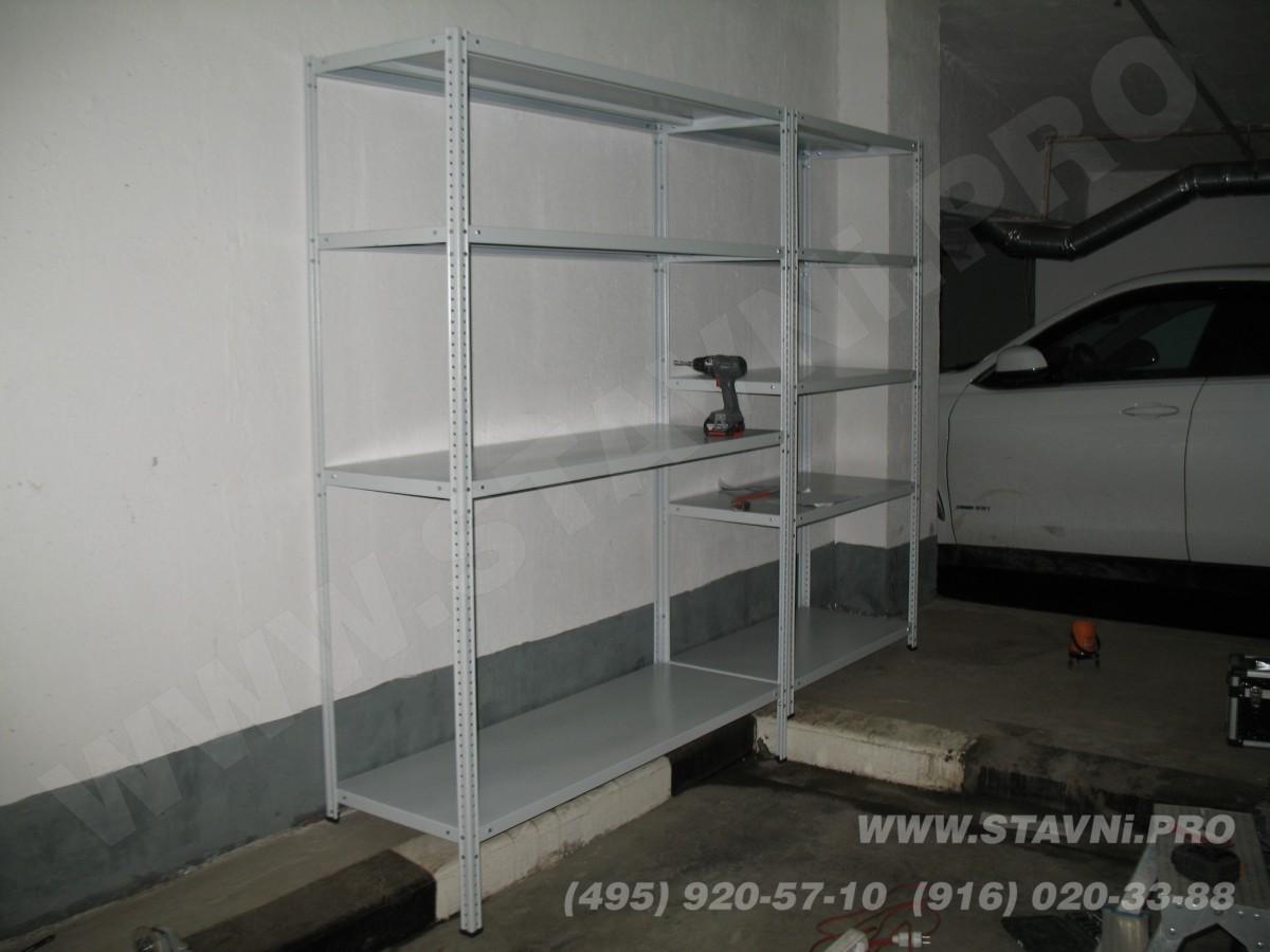 Стальной стеллаж бытового назначения внутри роллетного шкафа