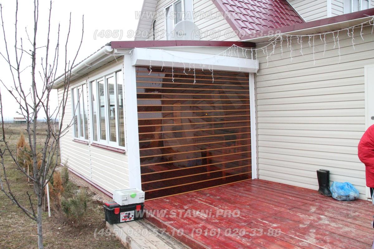 Скручивающийся прозрачный экран крыльца частного дома
