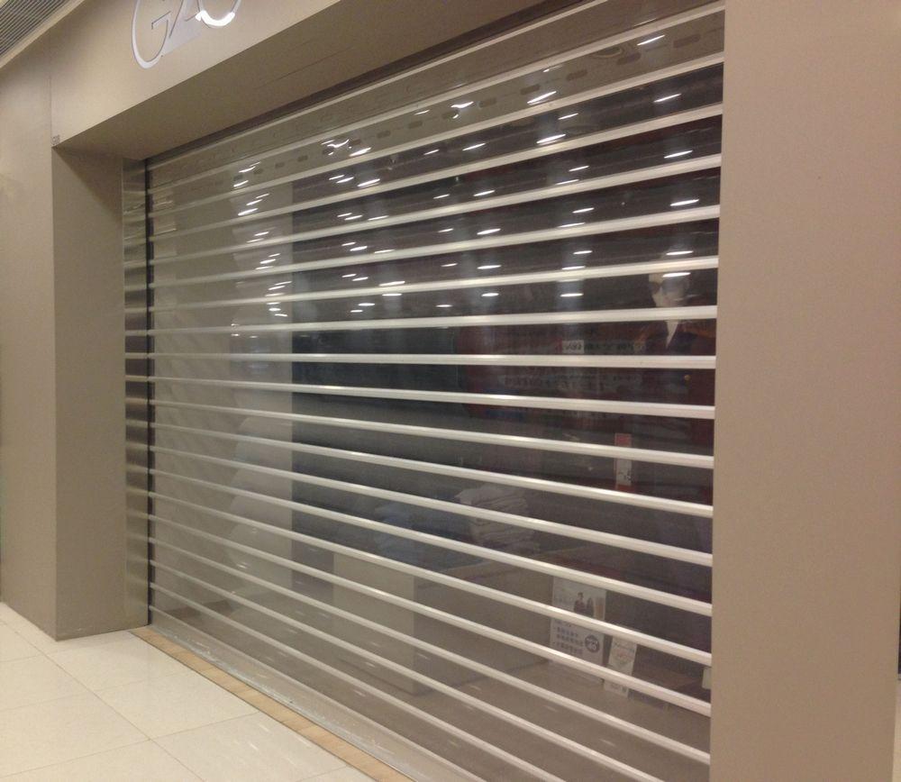 Просматриваемые рулонные ворота в торговом центре
