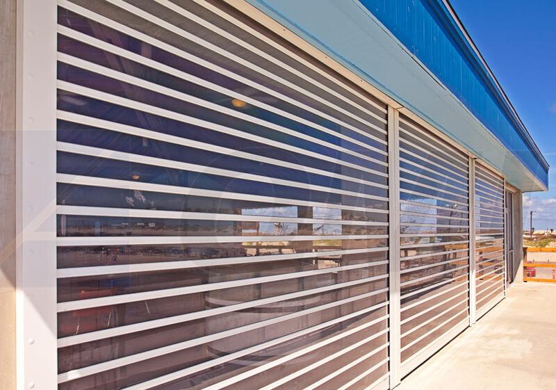 Прозрачная защита окон открытой веранды дома из оцилиндрованного бруса