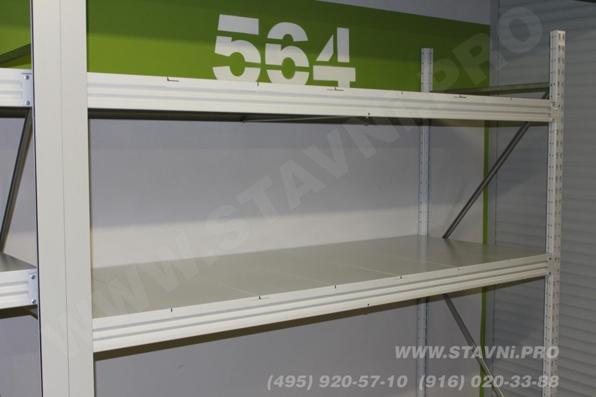 Металлические полки стеллажа внутри ролллетного шкафа.