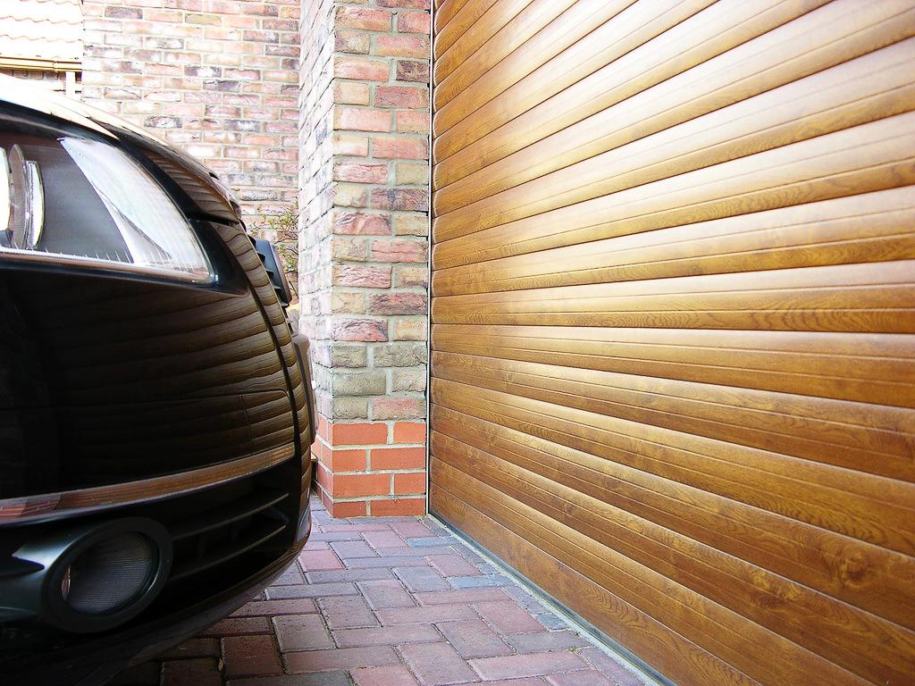 рулонные ворота для въезда гараж частного дома с покрытием под дерево