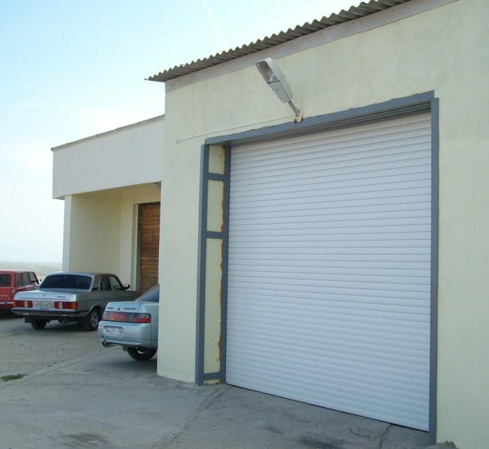 белые ворота для гаража из утеплённого роллетного профиля