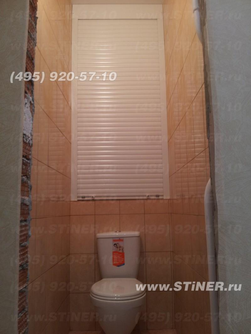 смонтированная роллета дверная в туалете в сходне