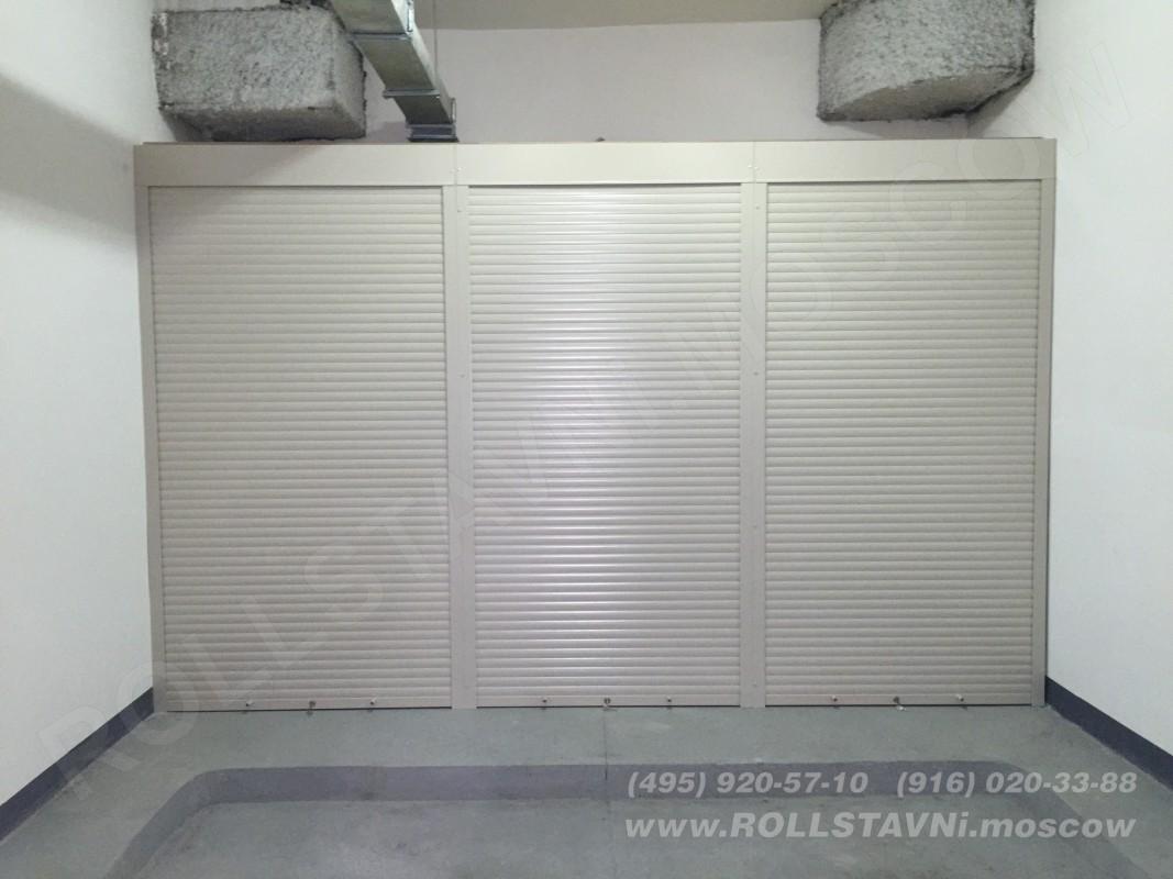 шкаф с рольставнями в гараже с разложенными колесами