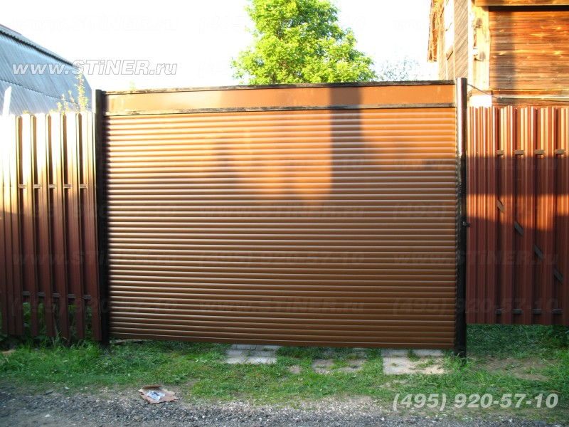 установленные коричневые въездные рулонные ворота