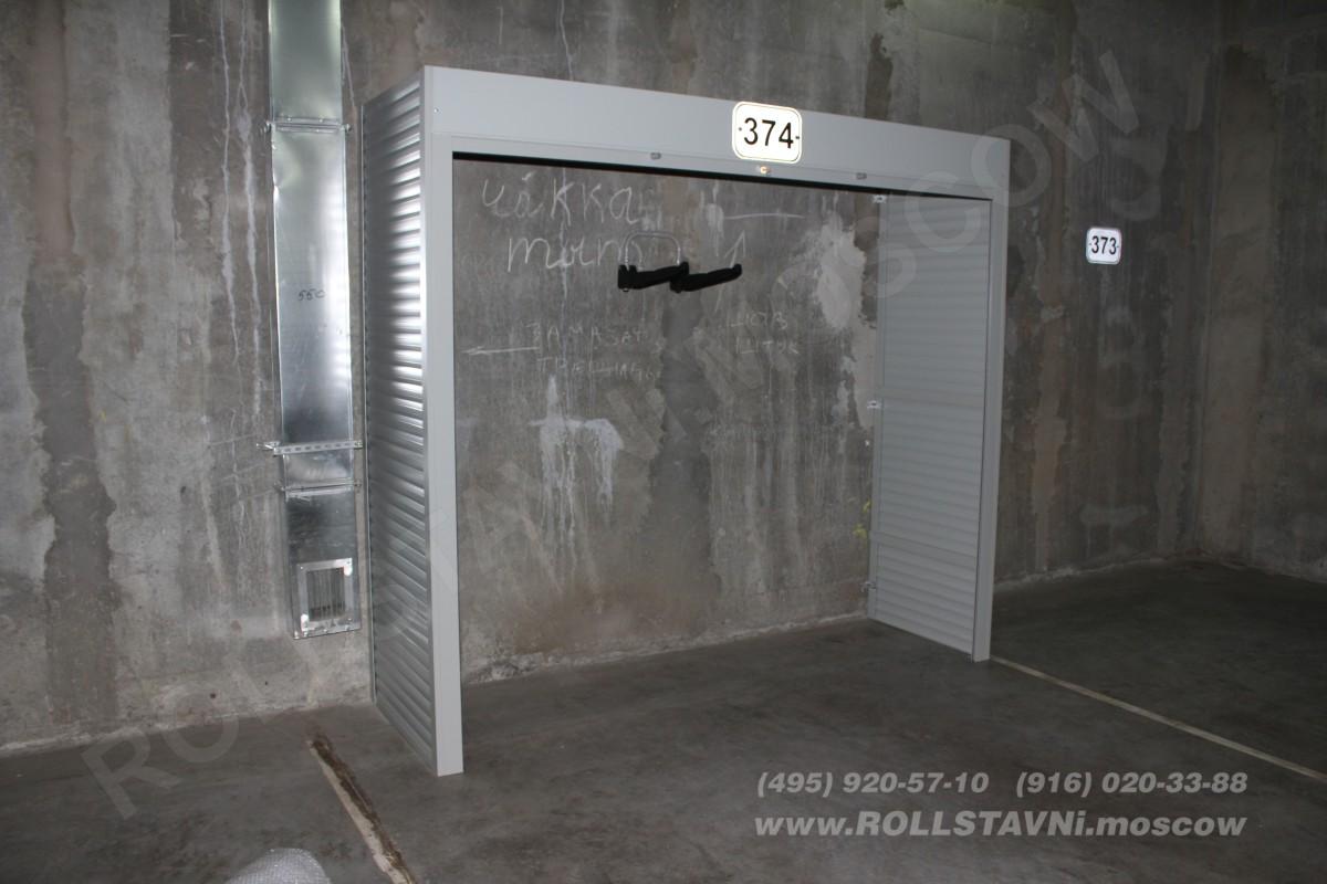 установленный шкаф в паркинге с креплением для велосипеда