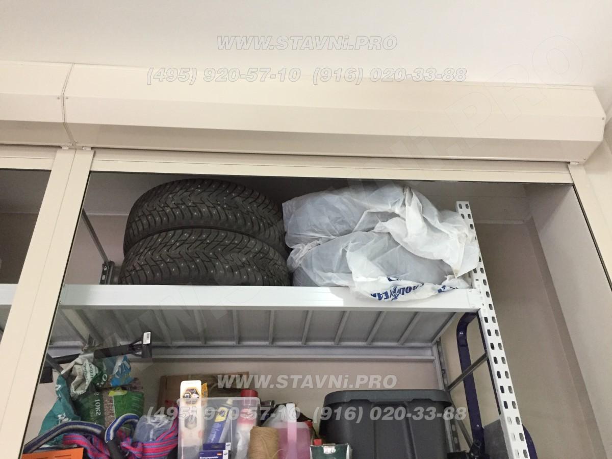 Колеса на верхней полке стеллажа роллетного шкафа