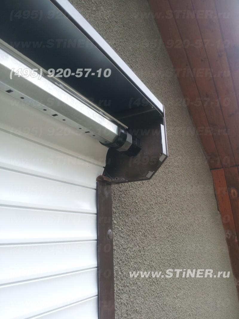 рольставня за окном установленная на втором этаже дачи