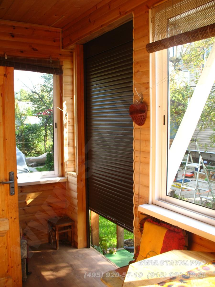Легкие рольставни закрывающие вход в летний домик
