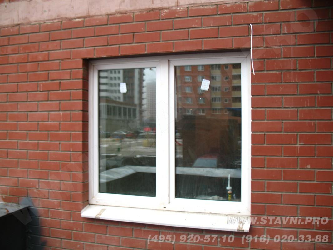 алюминиевая рольрешетка белого цвета на окне первого этажа