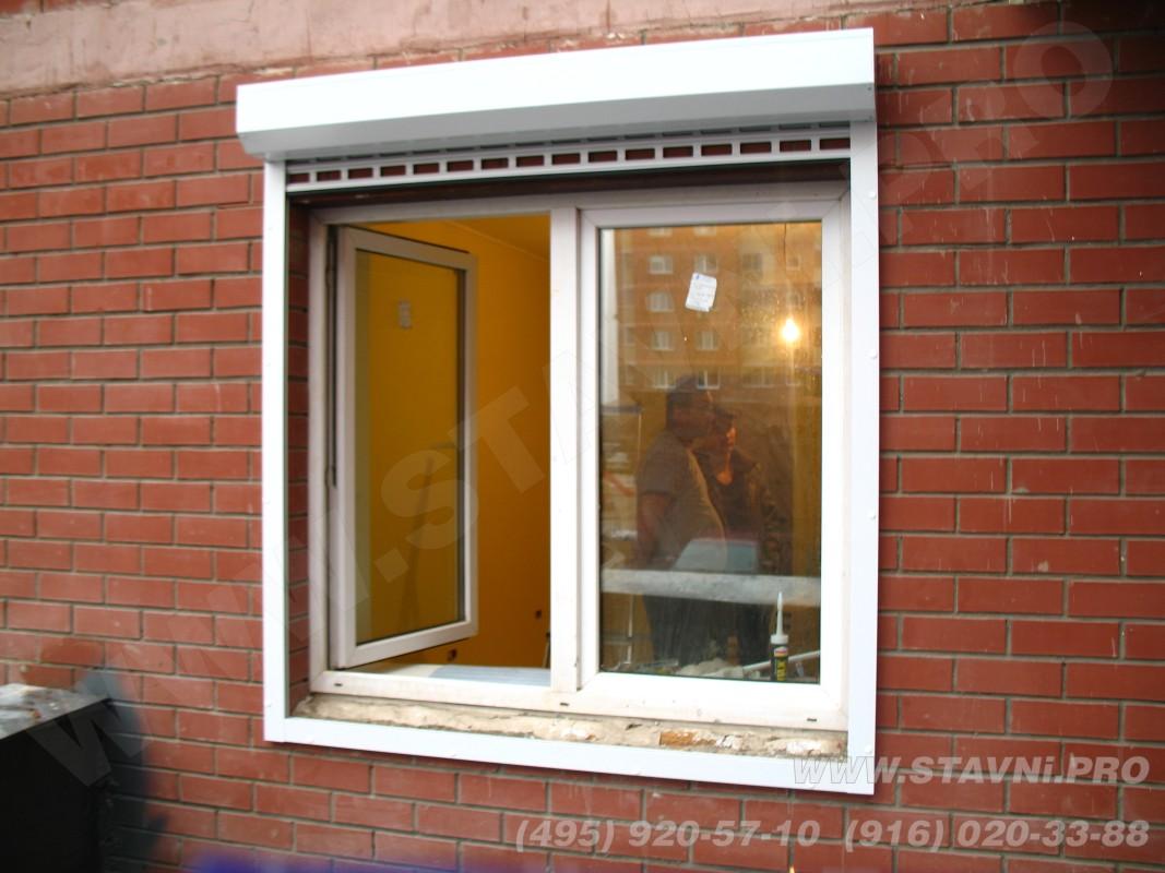 установленная рулонная решетка на окно многоквартирного дома в балашихе