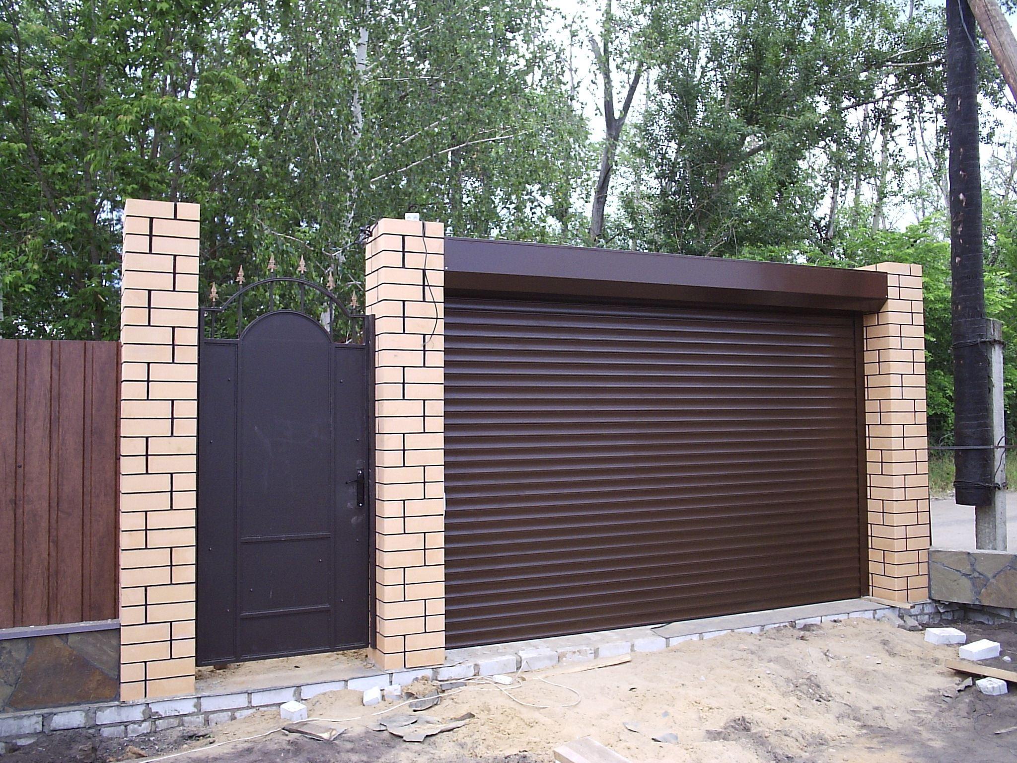Роллетные ворота для въезда на территорию частного дома с электроприводом и пультом ДУ