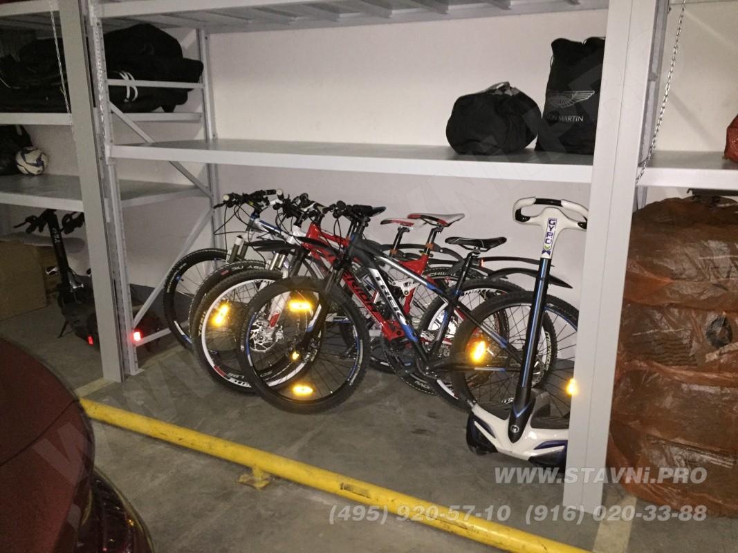 Отсек роллетного шкафа с четырьмя велосипедами