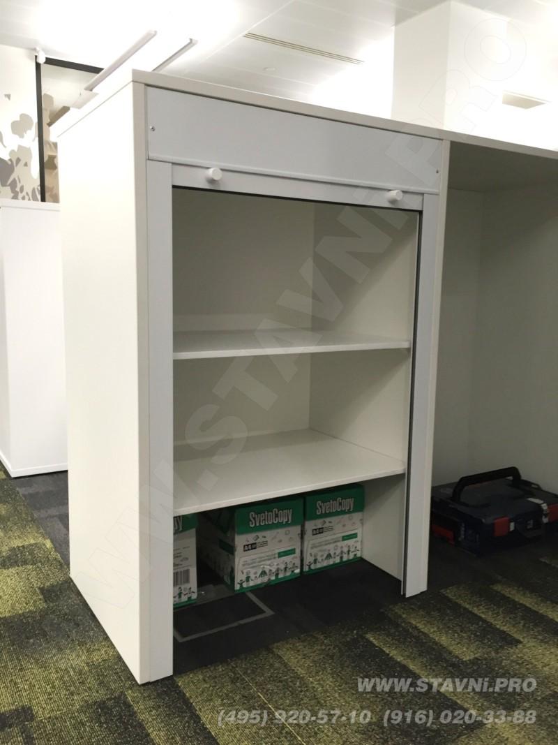 Поднятое полотно мебельной роллеты в шкафу из дсп