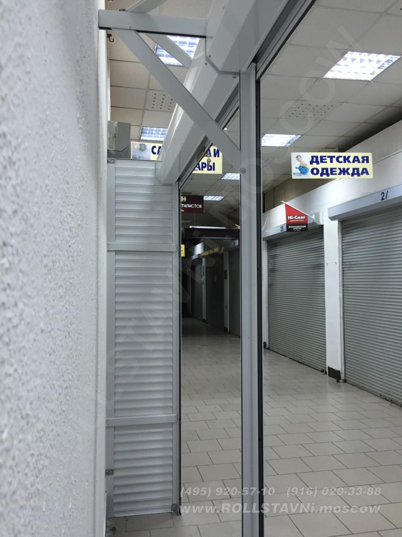стенка шкафа с рольставнями в торговом ценре