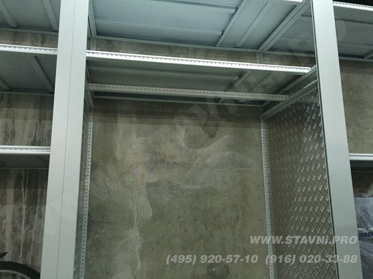 установили две боковые стенки шкафа с рольставнями
