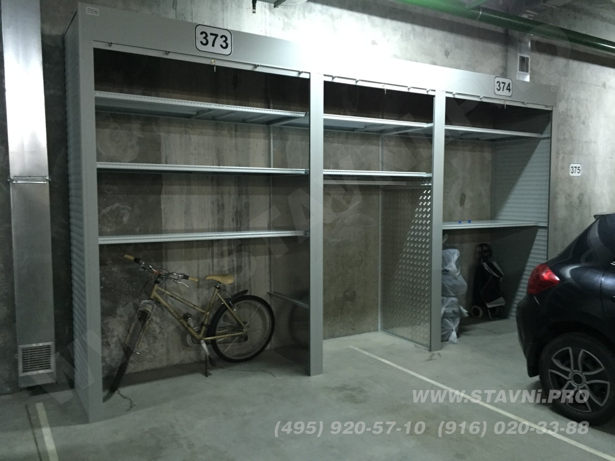 шкаф в подземном гараже с металлическими полками
