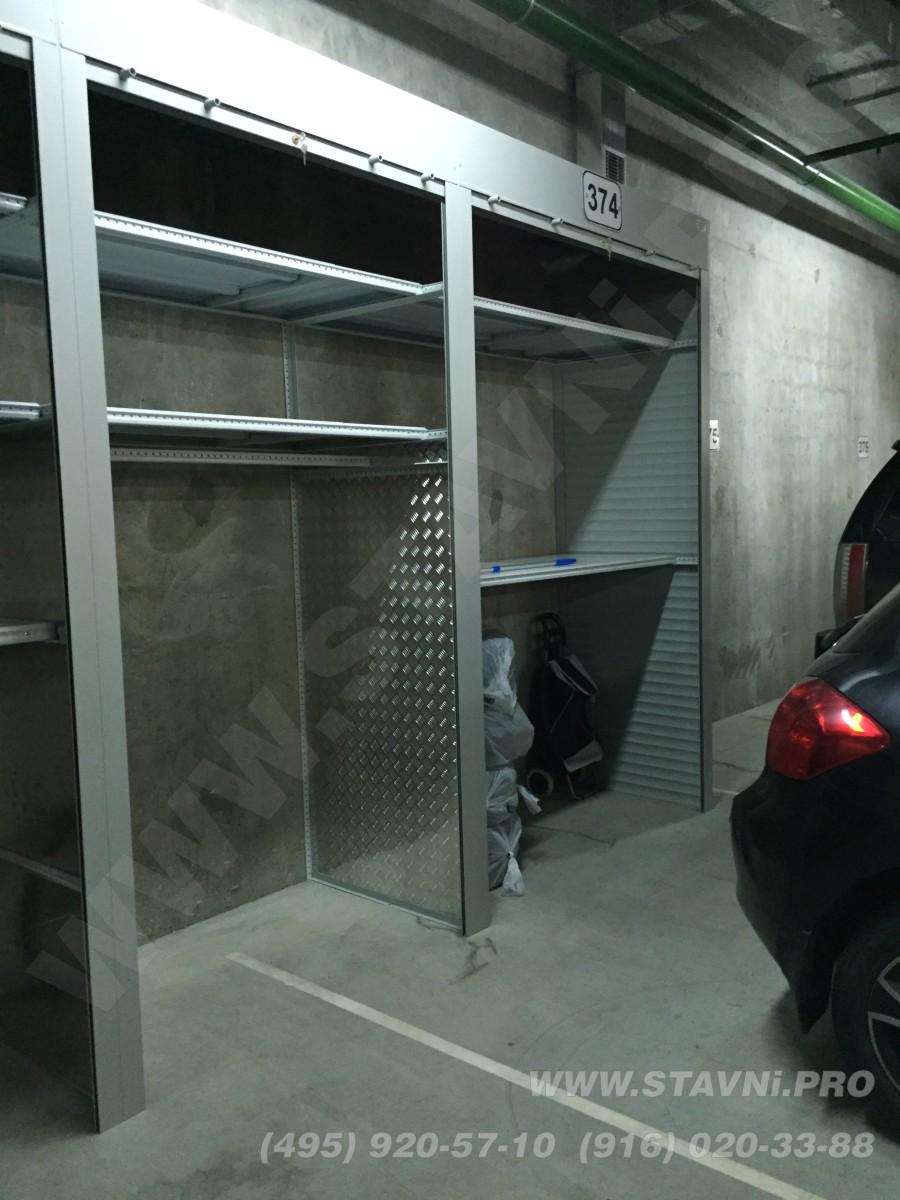 монтаж роллетного шкафа подземном гараже завершен и разложен инвентарь