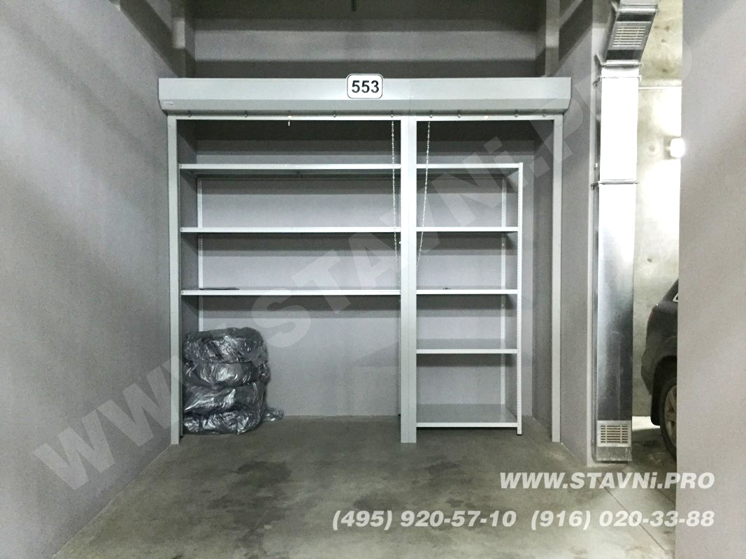 Установленный роллетный шкаф в открытом состоянии
