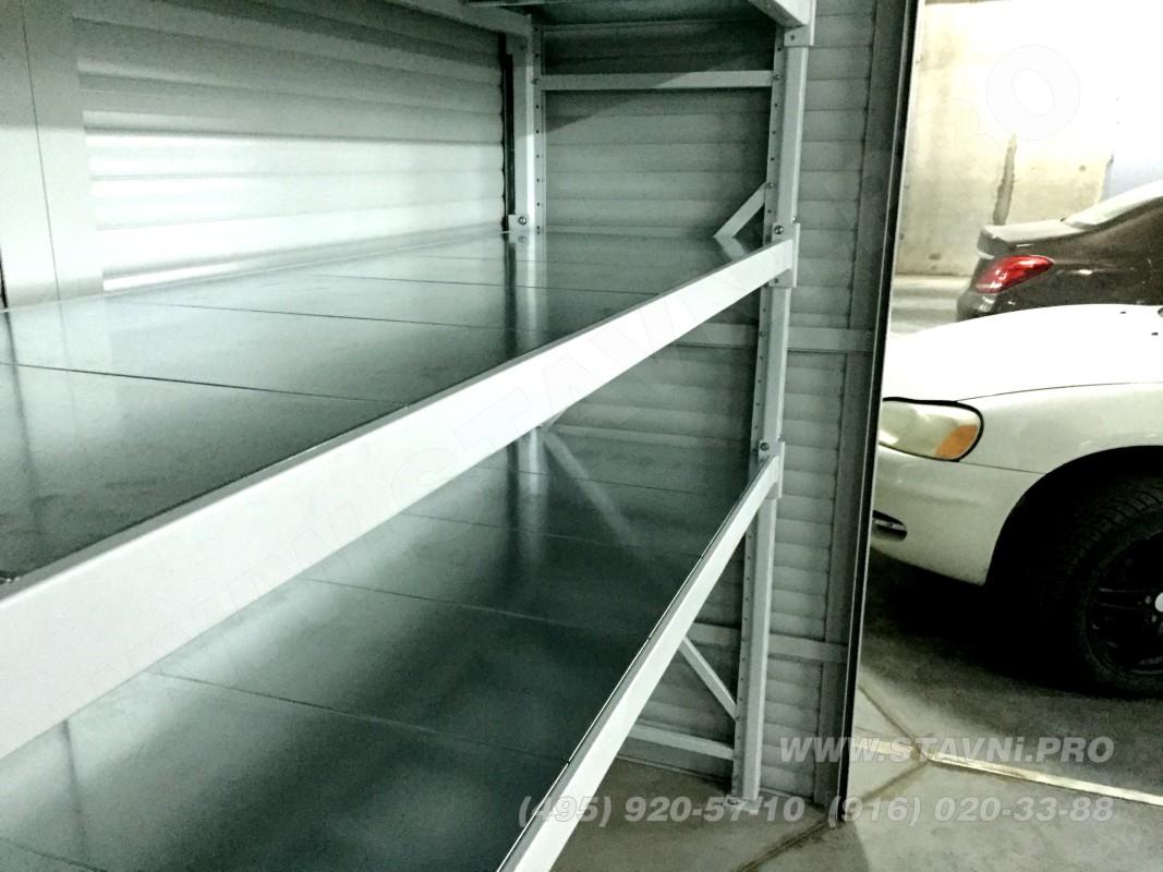 оцинкованные полки стеллажа внутри шкафа с роллетами