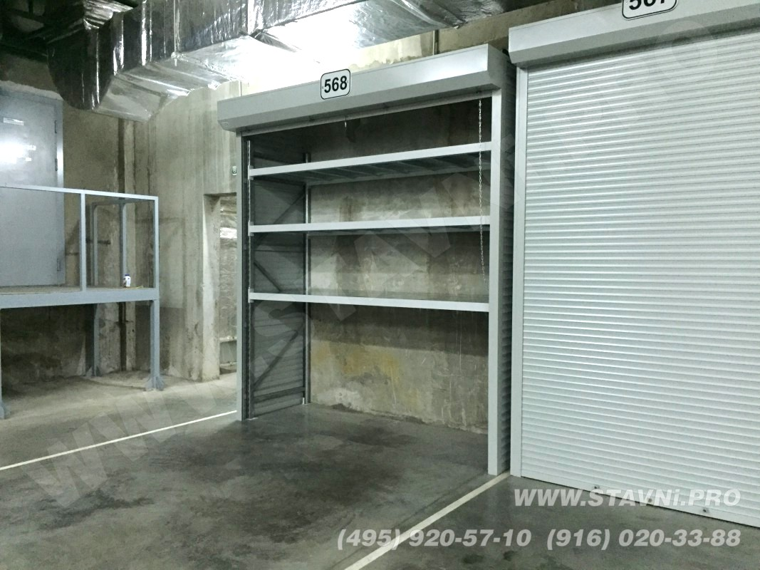 вид сбоку на шкаф с металлическим стеллажом