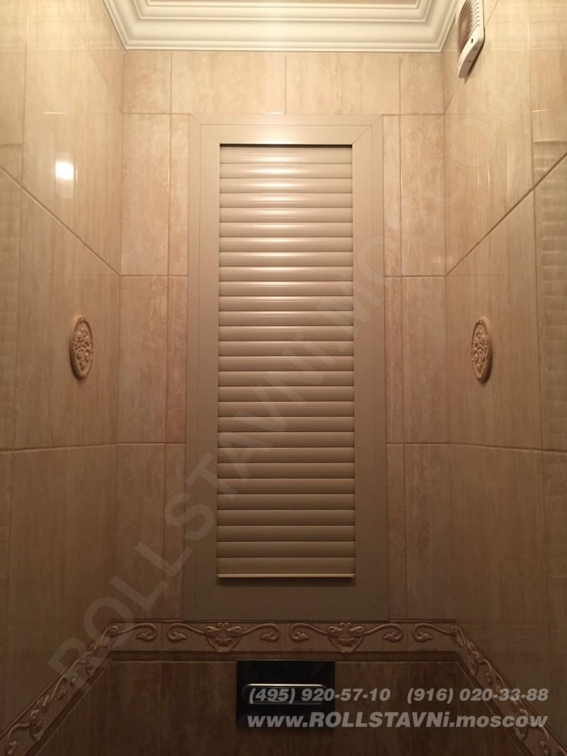 красивая роллетная дверь в туалете для маскировки коммуникаций