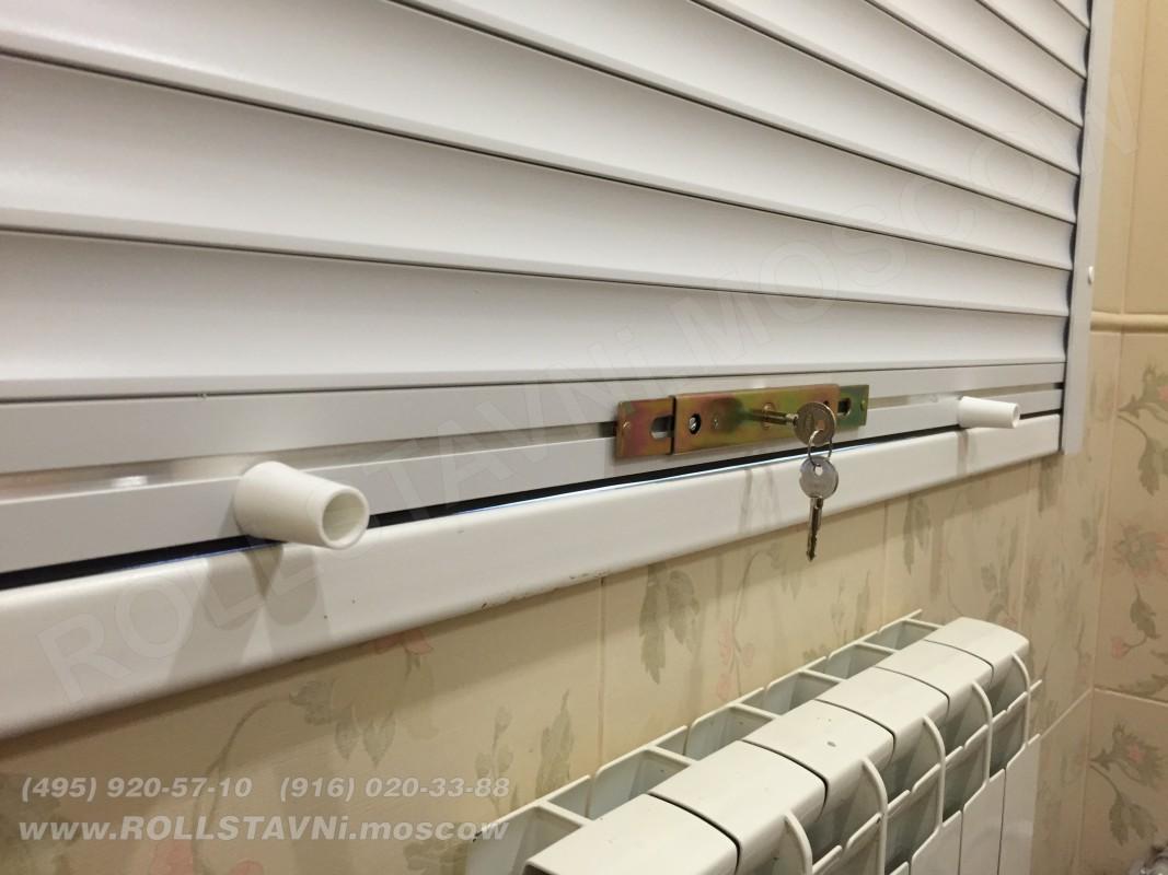 механические защитные рольставни с замком на окнах бани
