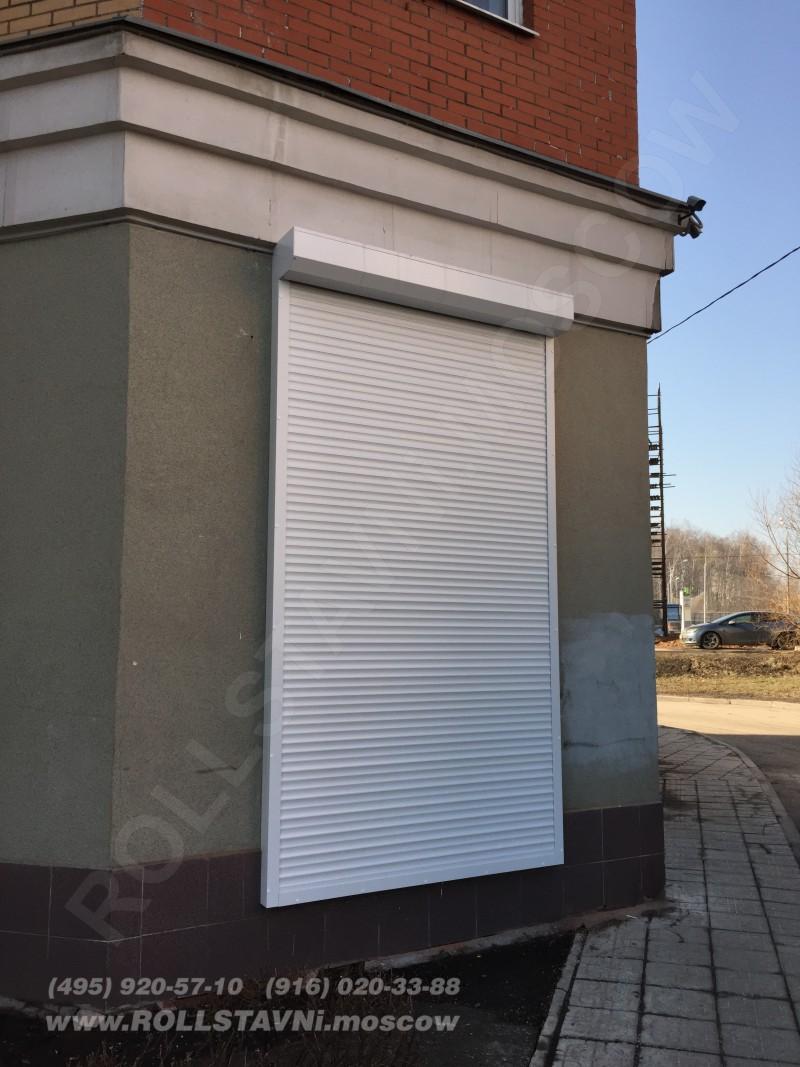 Усиленная роллета в закрытом состоянии на задней двери офиса